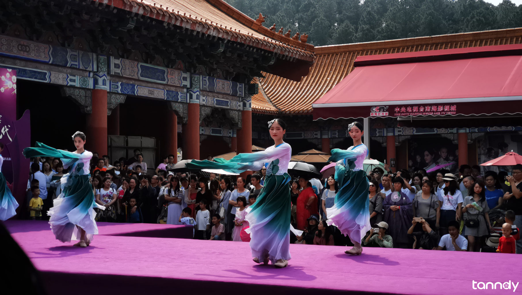 Chinese-Dancing-performance-in-holiday